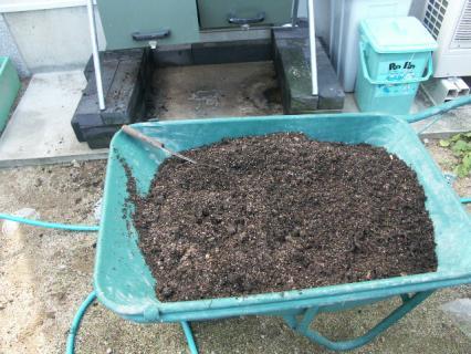一輪車に生ゴミ堆肥