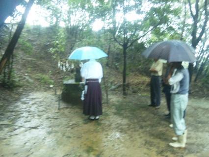 社日-雨の中