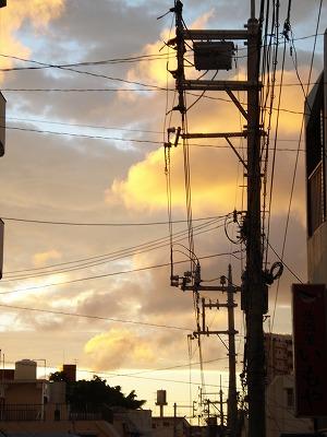 夕焼けの下に断層雲
