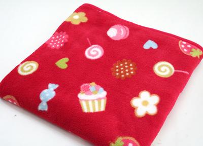 マザーガーデン マザーグースの森 野いちごスイーツとび柄しっとりハーフ毛布:赤色