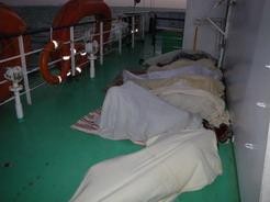20may2010 デッキで寝る人たち