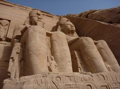 23may2010 アブ・シンベル神殿 ラムセス2世の巨像を下から