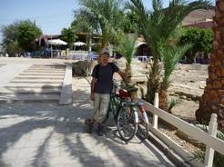 25may2010 自転車で遺跡を巡る ラムセス3世葬祭殿の前にて