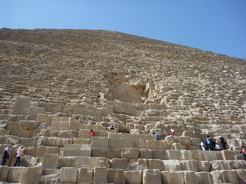 28may2010 ピラミッドに群がる人