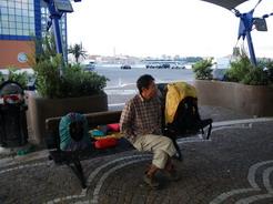 4jul2010 朝のバーリ港 ビバークしたベンチ