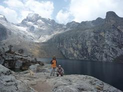 27aug2010 チュルップ湖に到着 後ろに見えるのがチュルップ峰