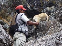 27aug2010 滑落した後マルコスの助けを借りて岩場を登るクトゥース