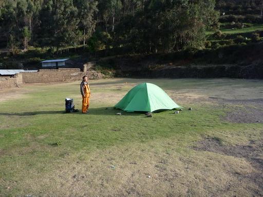 12sep2010 土壁に囲まれたワイリャパ村のテント場