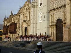 18sep2010 カテドラルの前にズラリと並んだ衛兵