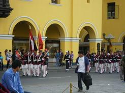 18sep2010 夕方、政庁の衛兵がアルマス広場の周りを行進
