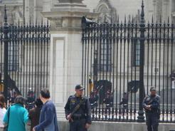 19sep2010 政庁の敷地内で行われる昼の衛兵の交代式