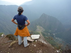 24sep2010 マチュピチュ山の頂上からワイナピチュとマチュピチュを見下ろす