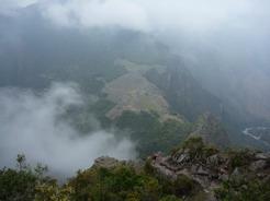 24sep2010 ワイナピチュ山頂から 雲間から姿を現したマチュピチュ まるで天空の城ラピュタ!