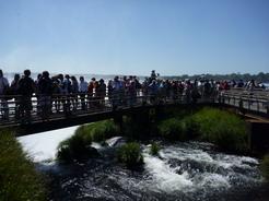 28oct2010 滝に群がる人たち 人垣の向こうが悪魔ののどぶえ