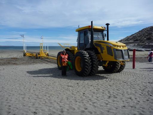 6nov2010 ボートは大型トラクターで牽引される