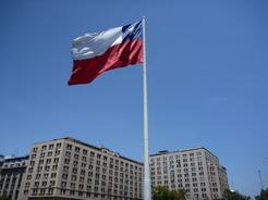20nov2010 モネダ宮殿の近くにはためく巨大な国旗