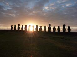24nov2010 モアイの背後から日が昇る