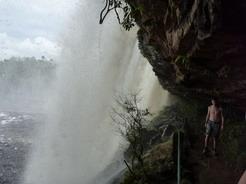 3dec2010 エル・サポの滝は裏側を歩ける ここは入口 普通に滝の裏を歩けるように見えるが・・・