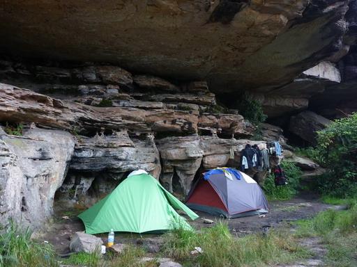 12dec2010 岩棚の下のテント場 すぐにお店を開くメラニー