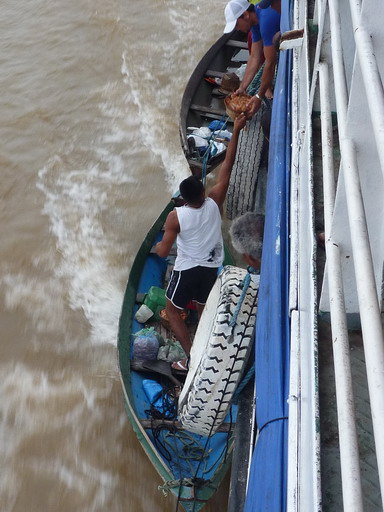 1jan2011 右舷で大量のエビを売り捌くおっちゃん
