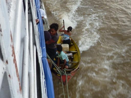 1jan2011 恐るべき早業でボートを固定し船に乗り移る