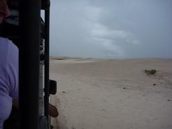 9jan2011 砂丘の間を行く