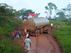 16jan2011 巨大なタンクローリーが道を塞いでた