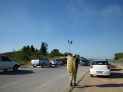 21jan2011 緩衝地帯のガソリン・スタンドには長蛇の列