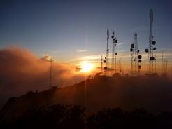 26feb2011 山頂部のアンテナと朝日