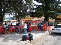 27feb2011 日曜日の広場周辺・・・グアイミー族の民族衣装を着た女性もちらほら