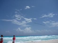23apr2011 宣伝の垂れ幕を引いて飛ぶプロペラ機