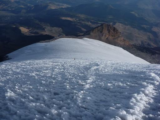 6may2011 登ってきた雪面を振り返る・・・真ん中の黒い点が登高中のマユミ