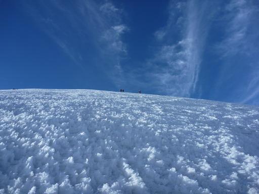 6may2011 火口のリムに向けて最後の登り・・・なかなか山頂が近づかない
