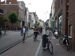 2jul2011 オランダの典型的な自転車道(右)と車道(左)