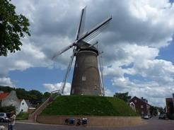 7jul2011 風車の脇を通過