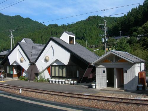 Toei_Station_backside.jpg